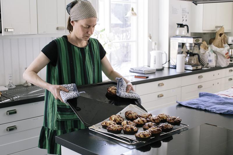Bagaren Emma Hansson har startat en liten verksamhet och använder Prästgårdens kök för att leverera matbröd och lyxigt fika till Holmöns Lanthandel. Foto: Alexandra Ellis