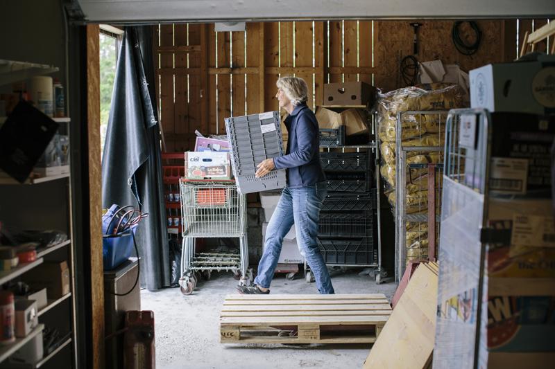 Karin hjälper till att packa upp varor. Foto: Alexandra Ellis