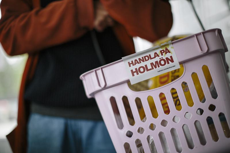 """""""Du behöver affären - affären behöver dig"""" och """"Handla på Holmön"""" är lanthandelns budskap. Foto: Alexandra Ellis"""