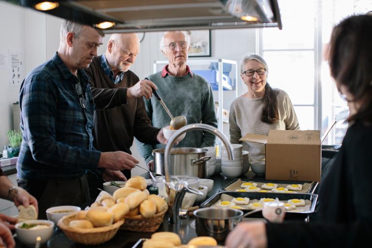 Första lördagen i månaden har Holmöborna samlats till sopplunch och framtidsdiskussioner. Foto: Alexandra Ellis